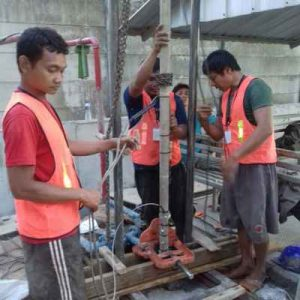 Proses Pembuatan Sumur Bor Oleh Tukang